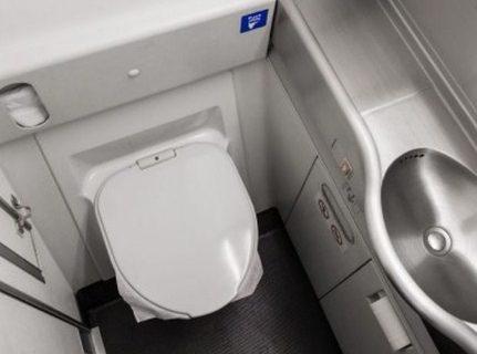 Mengenal Cara Kerja Dan Etika Penggunaan Toilet Di Dalam Pesawat Terbang