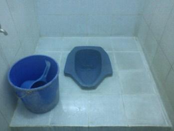 Cara Mengatasi WC Jongkok Mampet Secara Alami, Mudah dan Cepat
